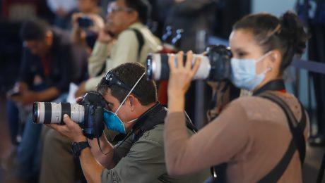 Fotógrafos usam EPI durante entrevista coletiva no Peru sobre o coronavírus. Foto: Presidência do Peru.